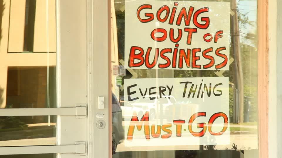 590323827-clearance-sale-closing-out-sale-fashion-shop-shop-window