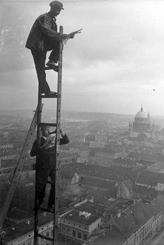 Fr¸hst¸ckspause in 70 m Hˆhe! Ger¸stbauer bei einer Fr¸hst¸ckspause in 70 m Hˆhe auf ihrem luftigen Sitz. Tief unten die Stadt Potsdam, im Hintergrund das Stadtschloss